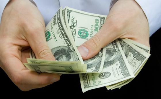 Dólar acompanha o cenário externo e fecha a R$ 4,12; Bolsa cai