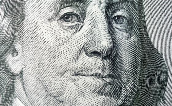 Dólar sobe com exterior e volta a operar acima do patamar de R$4