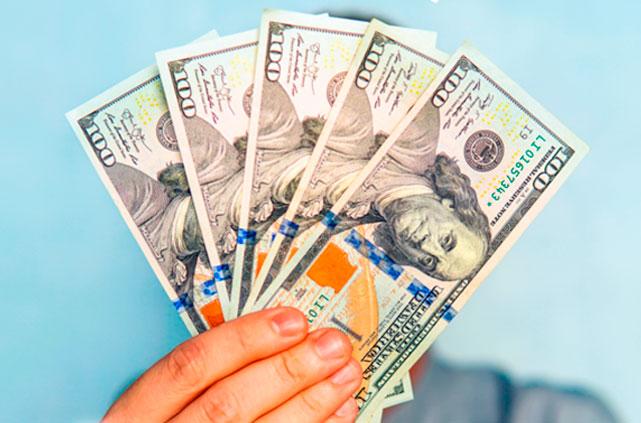 Imagem de um leque de notas de dólares