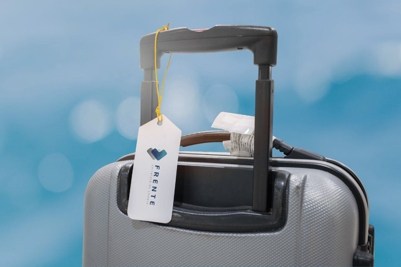 Imagem de uma mala de viagem com uma etiqueta da Frente Corretora